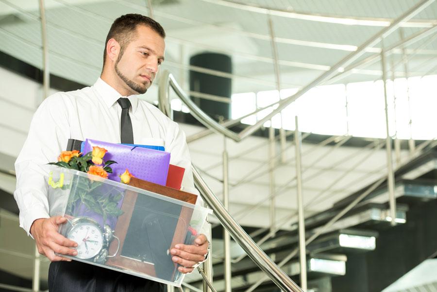 ontslagen-werknemer-ruimt-spullen-op